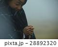 霧 寒い 女性の写真 28892320