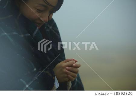霧の中の女性 28892320