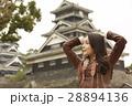 熊本城を見学する女性 28894136