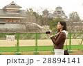 熊本城を見学する女性 28894141