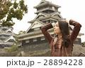 熊本城を見学する女性 28894228