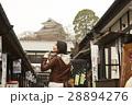 城下町 食べ歩きをする女性 28894276