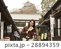 城下町 食べ歩きをする女性 28894359