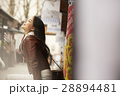城下町 食べ歩きをする女性 28894481