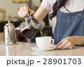 ハンドドリップコーヒーを入れるカフェ店員 28901703