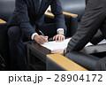 ビジネスマン 商談 契約の写真 28904172