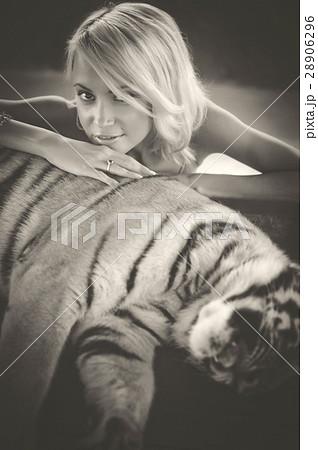 Woman and tigerの写真素材 [28906296] - PIXTA