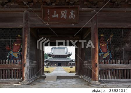 瑞龍寺山門(国宝)の扁額と金剛力士像、富山県高岡市 28925014