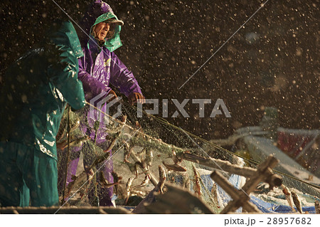 深夜に働く漁師たち 28957682
