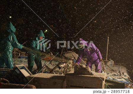 深夜に働く漁師たち 28957718