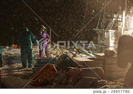 深夜に働く漁師たち 28957780