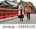 古い町並みを観光する外国人女性と日本人女性 28958140