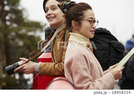 古い町並みを観光する外国人女性と日本人女性 28958154