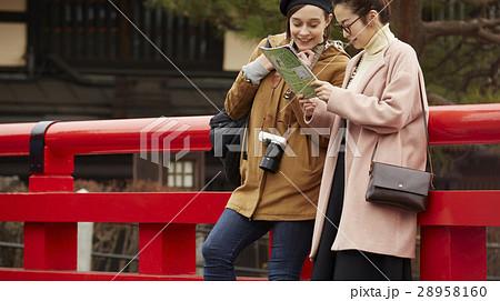 古い町並みを観光する外国人女性と日本人女性 28958160