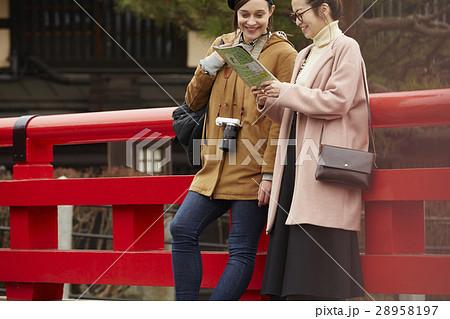 古い町並みを観光する外国人女性と日本人女性 28958197
