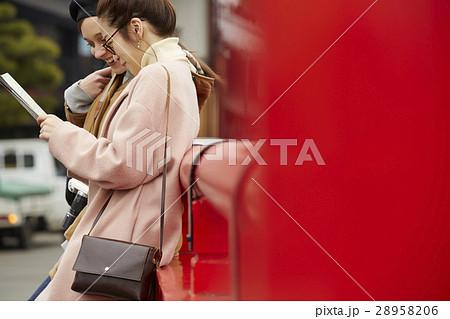 古い町並みを観光する外国人女性と日本人女性 28958206