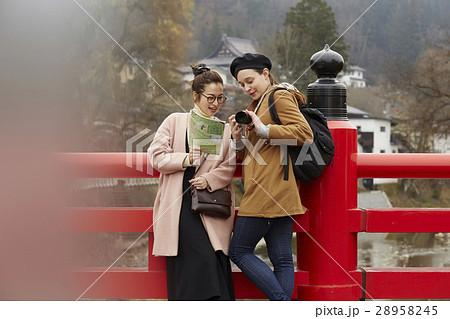 古い町並みを観光する外国人女性と日本人女性 28958245