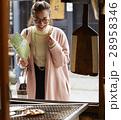 古い町並み 煎餅屋さんの前に立つ女性  28958346