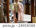 古い町並み 煎餅屋さんの前に立つ女性 28958388