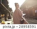 古い町並みを観光する女性 28958391