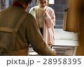 古い町並み 煎餅屋さんの前に立つ女性 28958395