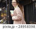 古い町並みを観光する女性 28958398