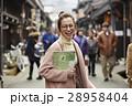 古い町並みを観光する女性 28958404
