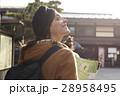 古い町並みを観光する外国人女性 28958495