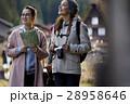 合掌造り集落を旅する女性たち 28958646