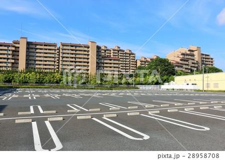 青空のマンション街と駐車場 28958708