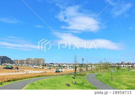青空の綺麗な公園から 新興住宅街の風景 28958715