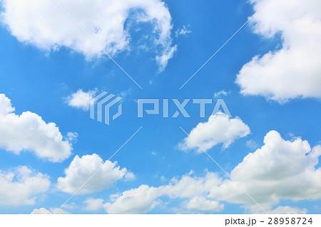 夏の気持ちいい青空と白い雲 28958724