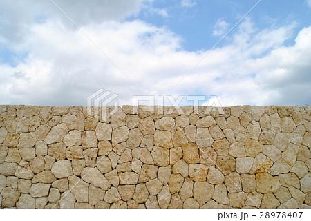 琉球石灰岩の壁と青空 28978407