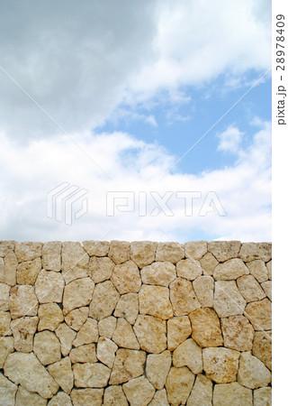 琉球石灰岩の壁と青空 28978409