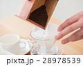 コーヒーを淹れる男性手元 28978539