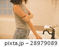 女性 二の腕 洗面台の写真 28979089