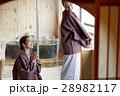 旅行を楽しむ外国人女性と日本人女性 28982117