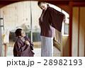 旅行を楽しむ外国人女性と日本人女性 28982193