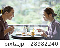 旅行を楽しむ外国人女性と日本人女性 28982240