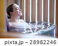 露天風呂を楽しむ外国人女性 28982246