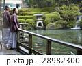 旅行を楽しむ外国人女性と日本人女性 28982300