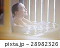 露天風呂を楽しむ外国人女性 28982326