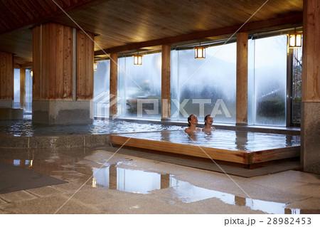 温泉旅行を楽しむ外国人女性と日本人女性の写真素材 [28982453] - PIXTA