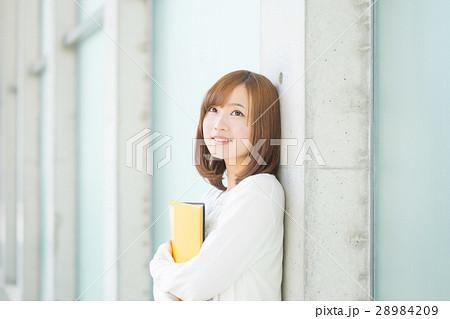 笑顔の大学生 28984209