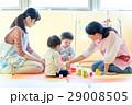 人物 幼児 おもちゃの写真 29008505