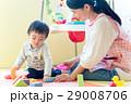 人物 幼児 おもちゃの写真 29008706