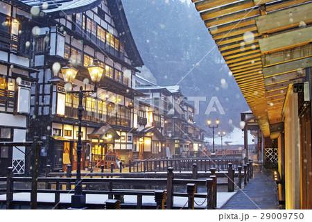 雪が降る銀山温泉 29009750