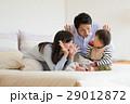 赤ちゃんをあやす若い夫婦 29012872