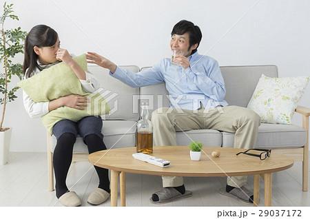 酔っ払って娘にちょっかいを出す父親 29037172