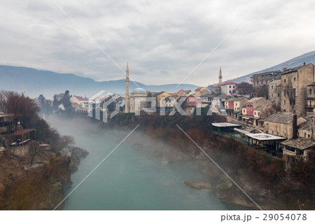 霧の日のスターリ・モストからのモスタル旧市街と緑のネレトヴァ川の眺め 29054078